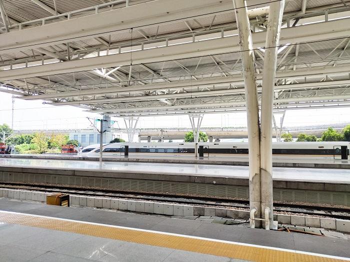"""10月1日8时17分左右,当G108列车途经常州北站时,车站开启广播""""本次列车已无力运行,请各位无票旅客抓紧时间下车。请各位苏州北、无锡东上车的短途旅客抓紧时间下车。""""这种状态还是""""复兴号""""首次遇见,搞得许多乘客不明就里,纷纷在网上询问。"""