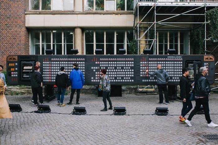 红牛在柏林架设全球最大的步进音序器 30人耗时五周组装完毕