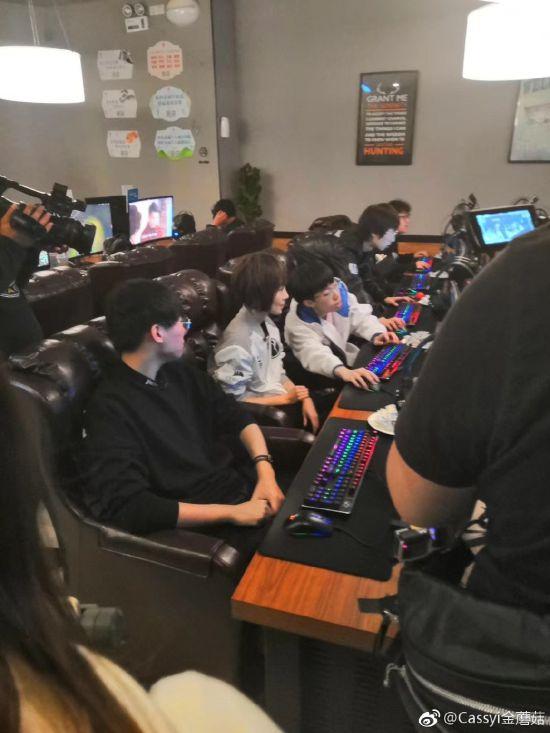 iG战队参加《鲁豫有约》曝现场照 网吧录节目、鲁豫身穿iG队服