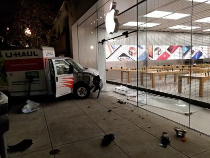 """盗窃企图撞门抢劫苹果零售店 却被安全门""""无情""""拦下"""