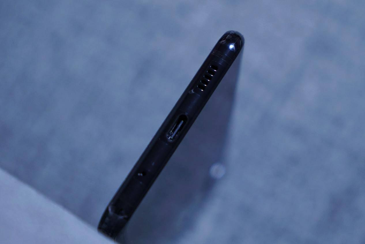 这部三摄打孔屏手机是三星盖乐世S10的前辈