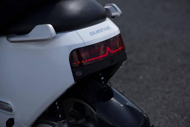 两轮上的汽车科技 蓝鲨Robor智能电动摩托车亮相