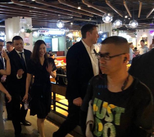 网友偶遇马斯克光临北京包子铺 本人回复:好吃!