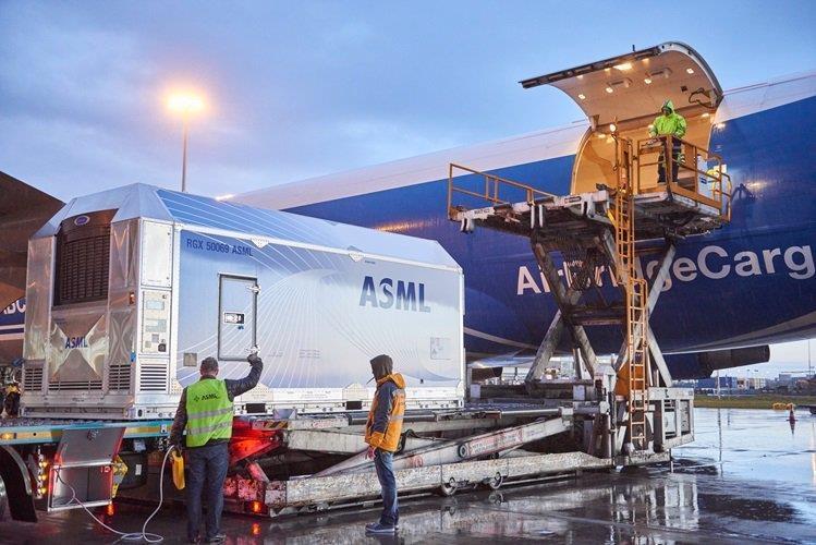 ASML揭秘1.2亿美元一台的EUV光刻机:10万零部件、配送时间两年