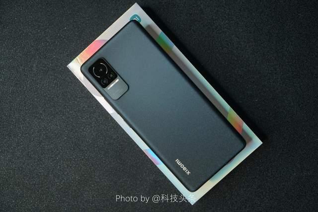 手持100万美金,开箱一台即将发布的小米Civi女性手机